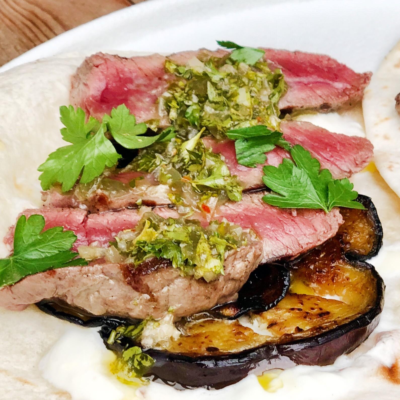 Skirt steak Tortillas met aubergine en kruidenolie