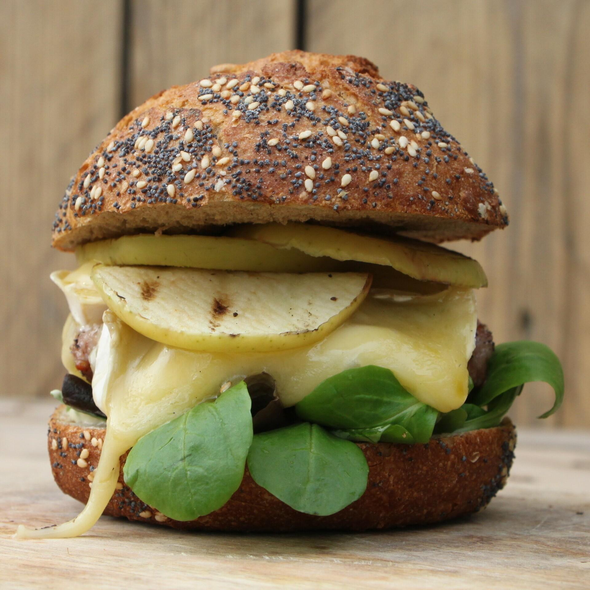 Iberico burger met camembert en gegrilde appel